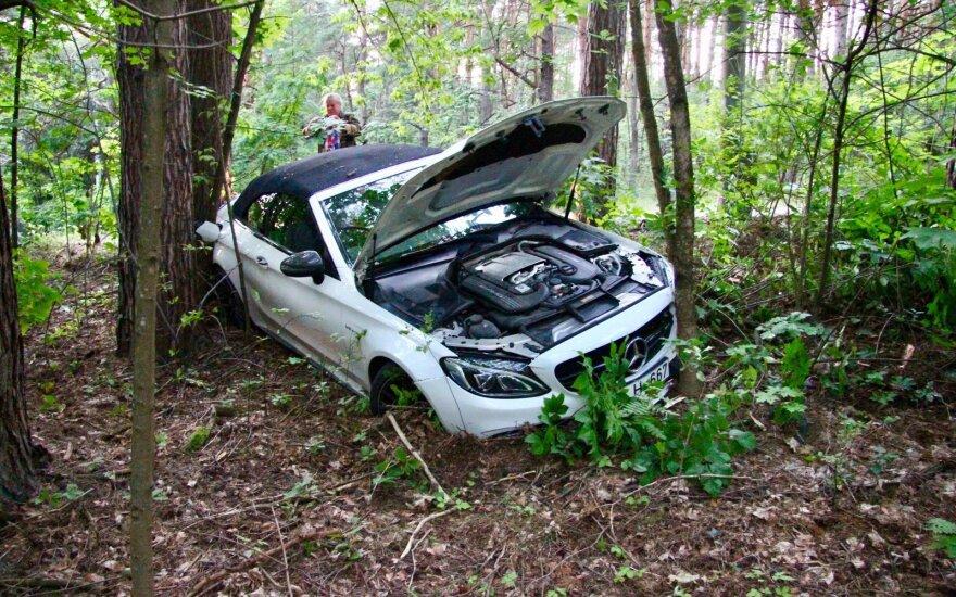 """Vilniuje rastas į miškelį įvažiavęs sumaitotas prabangus """"Mercedes-Benz"""""""