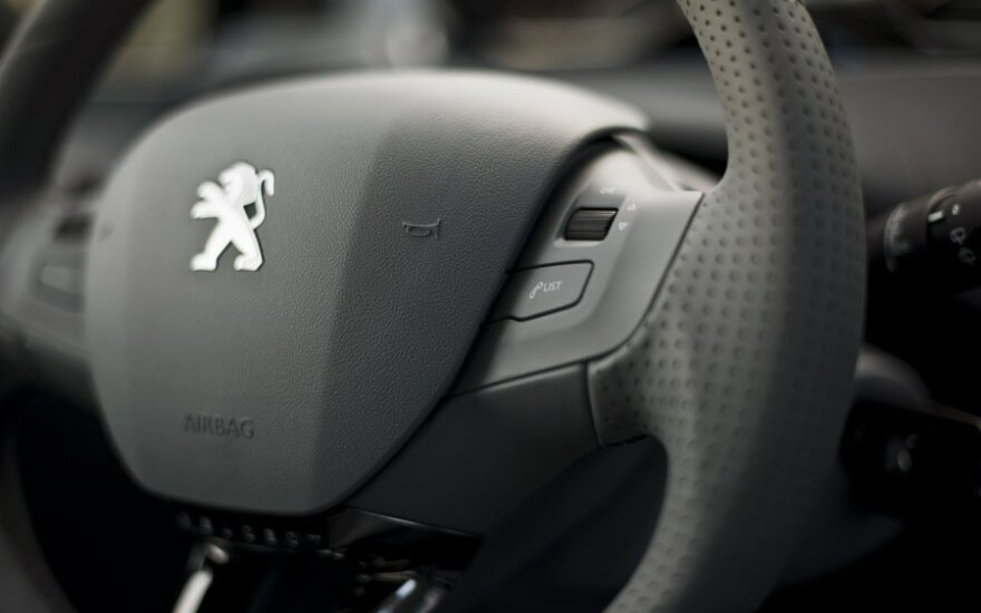 """""""Peugeot Citroen"""" per pusmetį patyrė beveik milijardo dolerių nuostolį"""
