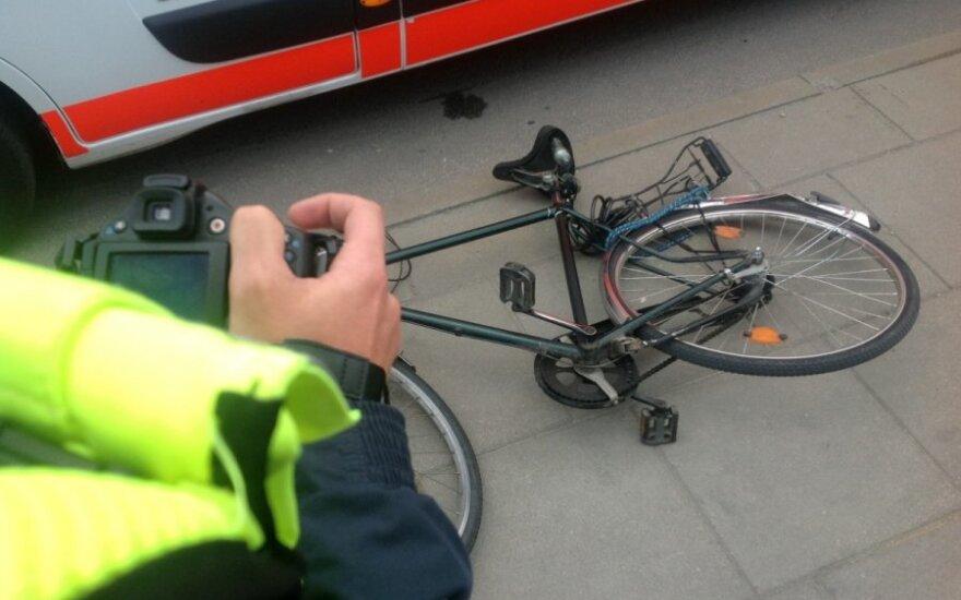 Jaunos moters automobilis mirtinai partrenkė dviratininkę