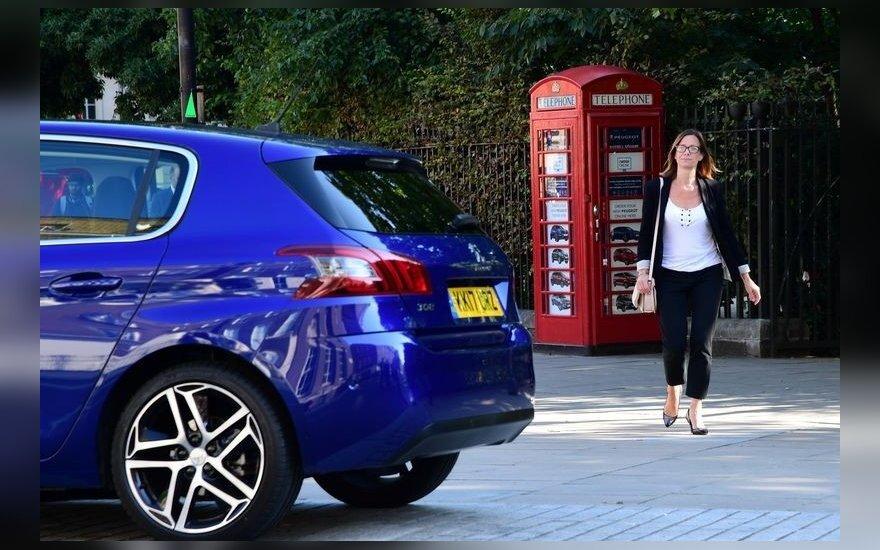 """""""Peugeot"""" atstovybė - telefono būdelėje"""