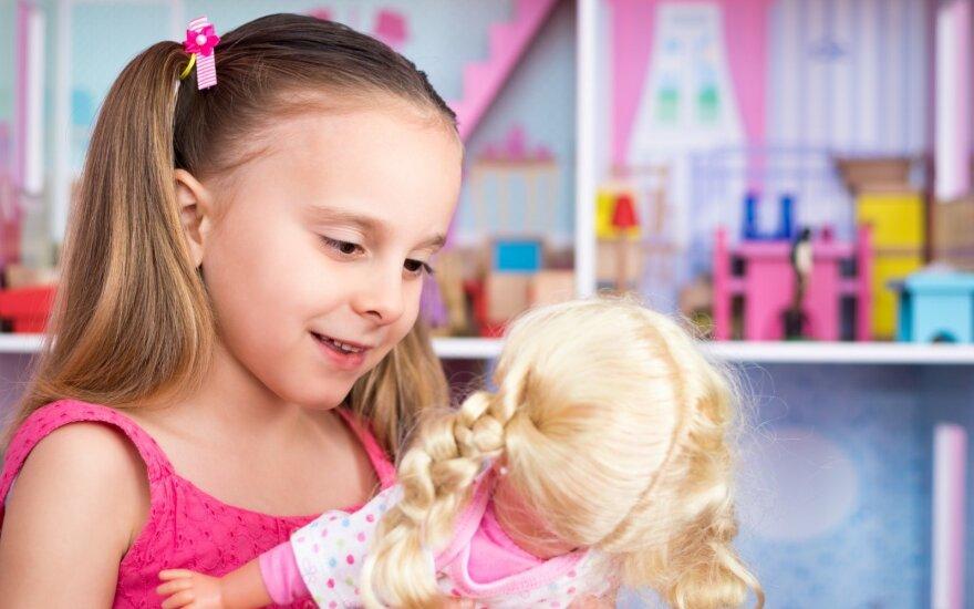 Atidėkite loginius ir lavinamuosius žaislus: žaidimai su lėlėmis ugdo vieną svarbią vaikų savybę