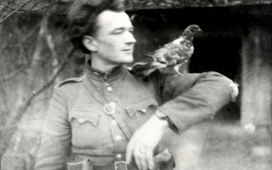 """Neatpažintas Žemaitijos partizanas """"kalbasi"""" su balandžiu (LGGRTC Genocido aukų muziejaus fondų nuotr.)"""