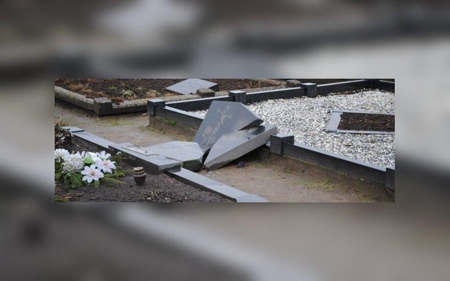 Vandalai nuniokojo Šventininkų kaimo kapines