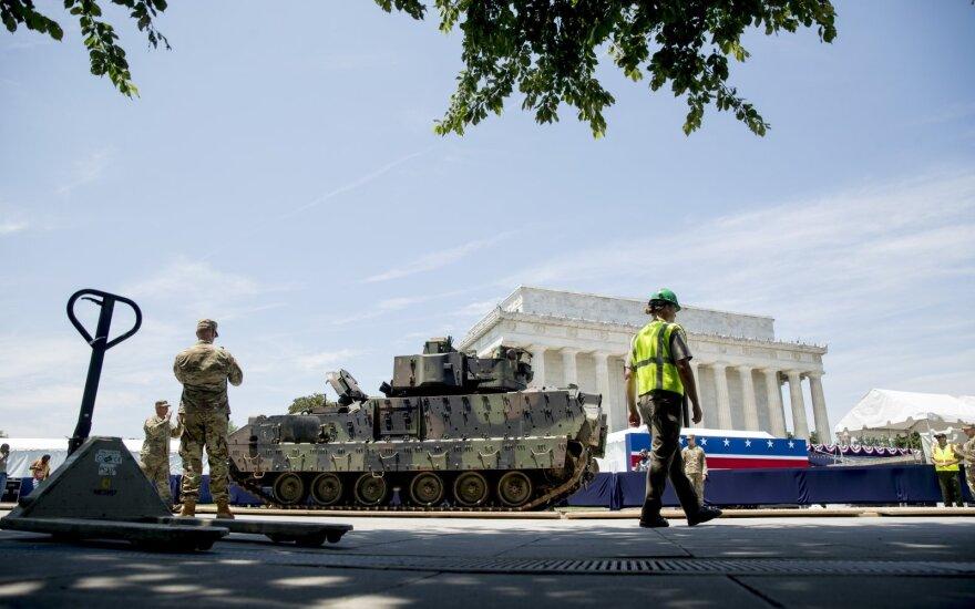 Trumpo atstovai ragina nepanikuoti dėl gatvėmis važiuosiančių tankų
