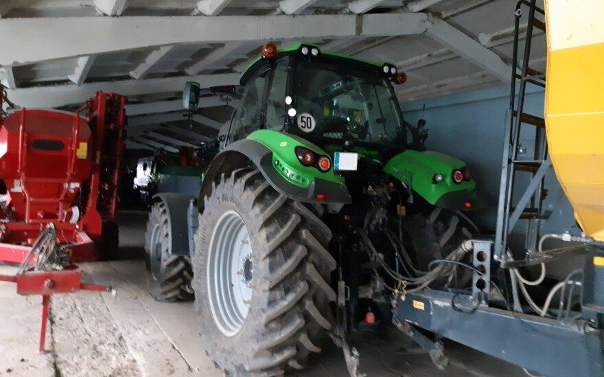 Vogti traktoriai buvo slepiami Petraičių kaime