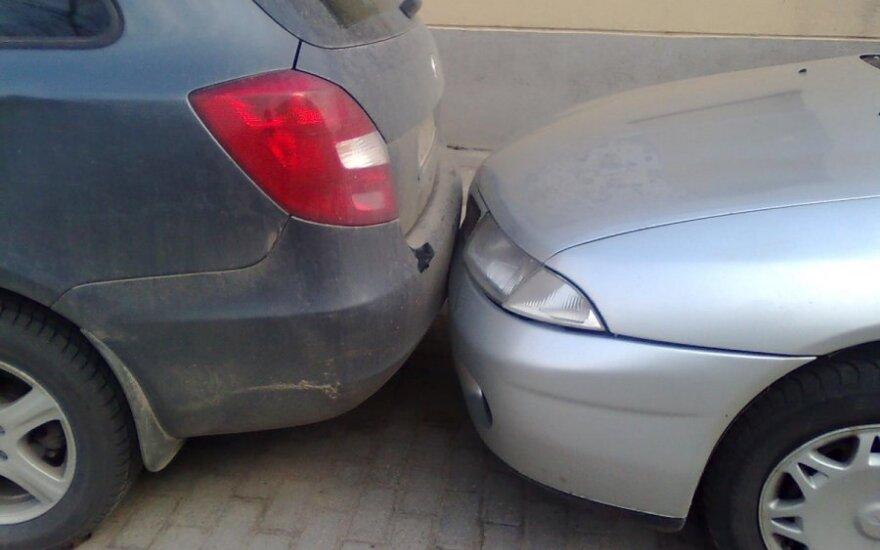 Lengvas susidūrimas, atsirėmęs automobilis