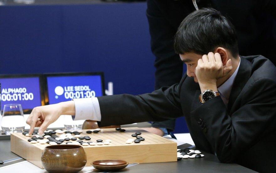 Dirbtinio intelekto triumfas: kompiuteris rezultatu 3:0 pirmauja prieš Go čempioną