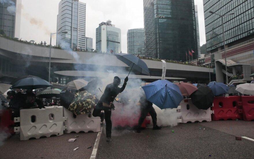 Policija ašarinėmis dujomis vaiko demonstrantus Honkonge