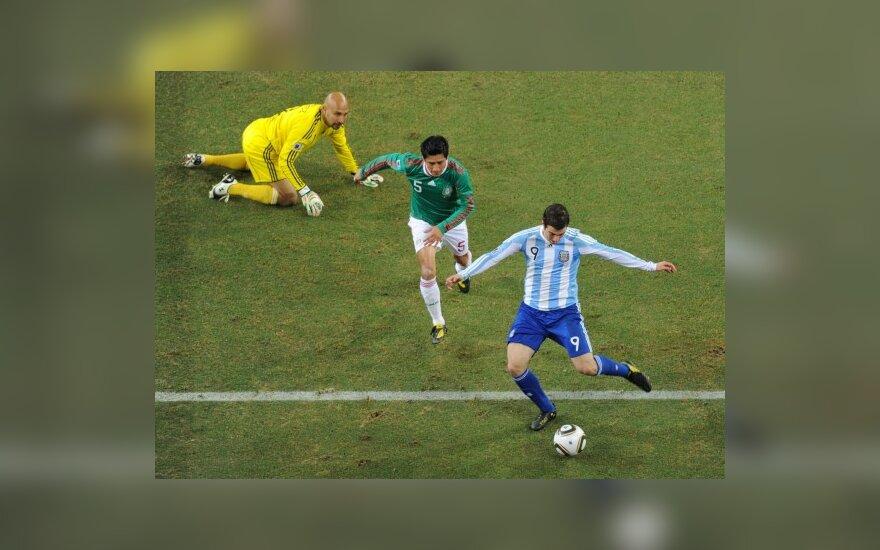 Gonzalo Higuainas muša įvartį