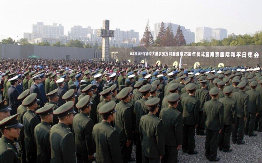 Tarp dviejų galiūnių kaista įtampa: Kinija piktinasi JAV planu dėl karinės technikos