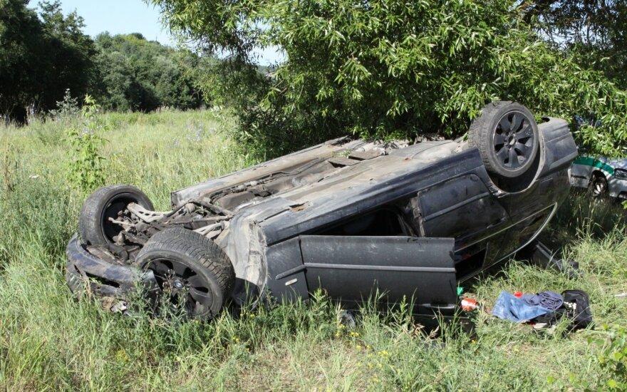 Prie pat Vilniaus BMW sulaužė kelio ženklą, perskrido griovį ir apsivertė aukštyn ratais