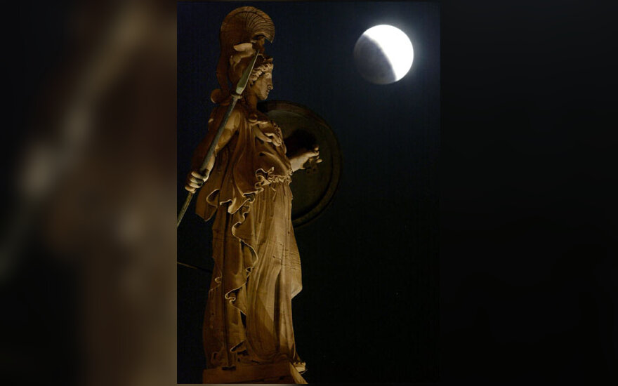 Užtemęs mėnulis virš Atėnės statulos
