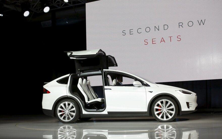 """""""Tesla Model X"""" galinės durelės atsidaro lyg paukščio sparnai"""