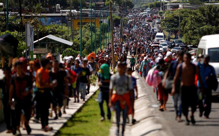 """JAV vyriausybė deda """"visas pastangas"""", kad sustabdytų hondūriečių migrantų vilkstinę"""