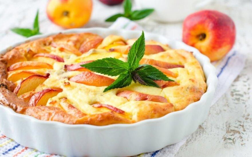 Pyragas su persikais ir brie sūriu