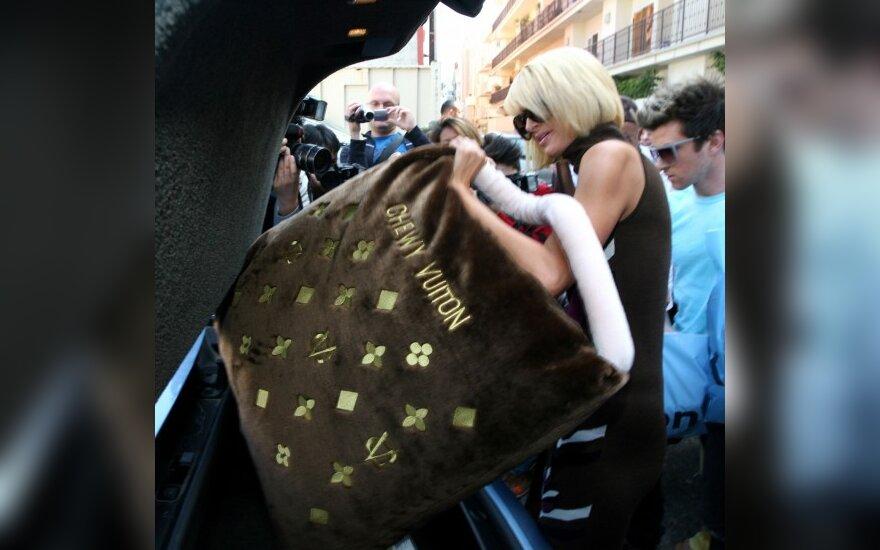 P.Hilton iš parduotuvės išėjo su krepšiu, vos ne didesniu už ją pačią