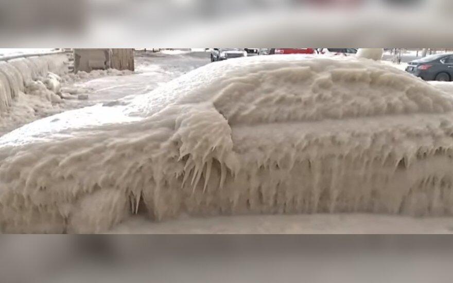 Per naktį aikštelėje palikęs automobilį neteko amo – rado ledo kiautą