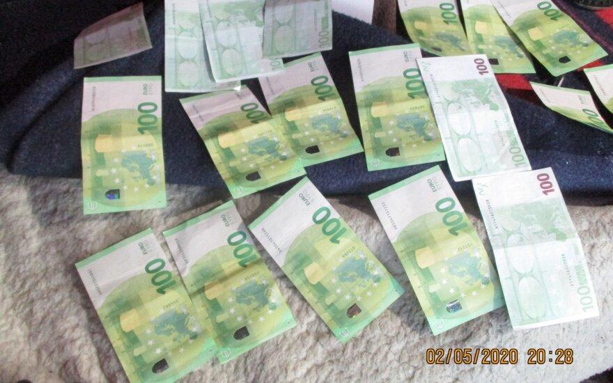 Kontrabandininkas padėjo pluoštą banknotų ir tarė muitininkui: Pažiūrėk, čia tau