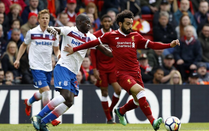 """Stoke City"" Badou Ndiaye (kairėje) ir ""Liverpool"" puolimo mašina Mohamedas Salah"