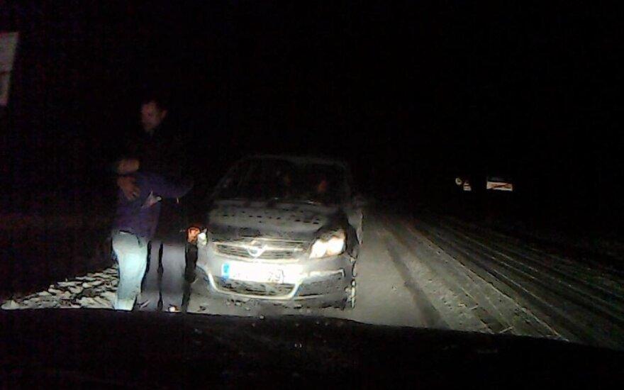 Įtemptoje situacijoje – staigi pareigūnų reakcija: automobilis galėjo bet kada apvirsti