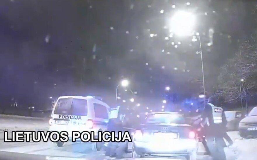 """Nufilmuota: naktį Vilniuje policija persekiojo """"Audi"""", bėgliams tai baigėsi nemaloniai"""