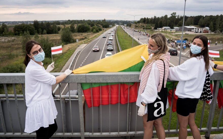 Lithuanians formed human chain from Vilnius to Medininkai in solidarity with Belarusians