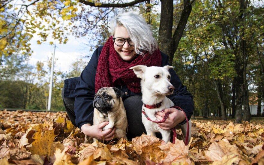 Beglobį šunį priglaudusi mergina: supratau, kad padėjau ne tik jam