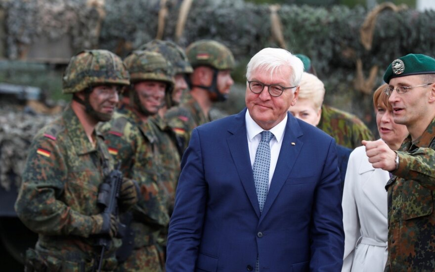 Vokietijos prezidentas Frankas-Walteris Steinmeieris Lietuvoje šalie Dalios Grybauskaitės ir Vokietijos karių