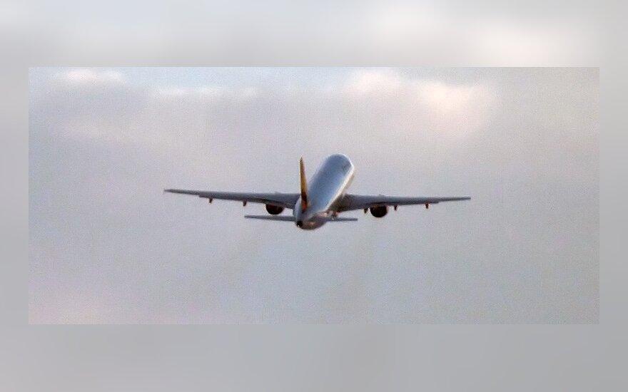Lėktuve keleivis dėl storulio kaimyno stovėjo 7 valandas