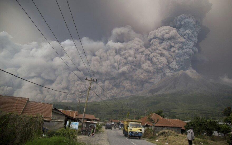 Indonezijos ugnikalnis išspjovė į 5 km aukštį pakilusį pelenų stulpą