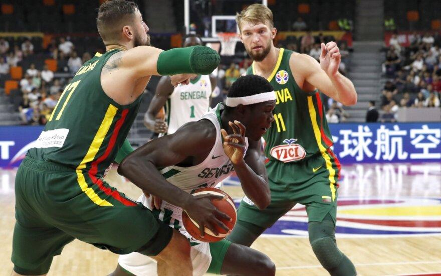 Jonas Valančiūnas, Domantas Sabonis stabdo Senegalo rinktinės žaidėją