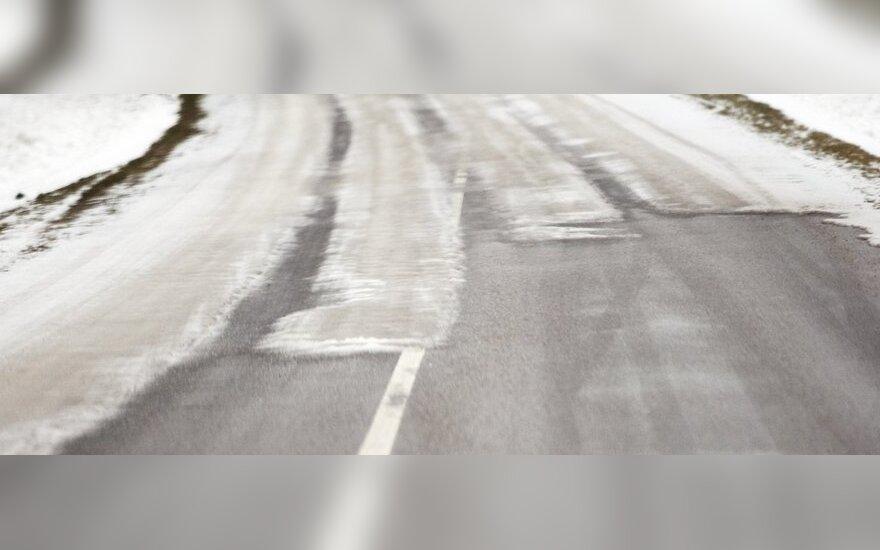Perspėja: vakarų Lietuvoje yra slidžių kelių ruožų