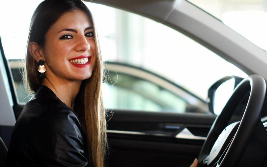 Mergina vairuoja