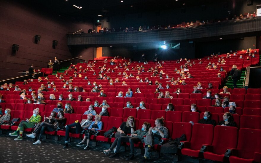 """Naujoji kino kūrėjų realybė: premjeros """"kaukių fone"""", strigę tarptautiniai projektai ir kino teatrų bijantys žiūrovai"""