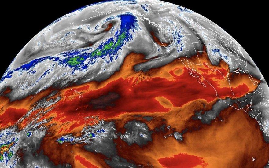 Vienas iš fizikinių reiškinių, kuris itin svarbus tiksliam klimato kaitos įvertinimui, yra temperatūra ir oro drėgmės santykis atmosferoje.