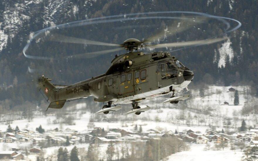 Besirengdami Davoso forumui Šveicarijos kariai kovoja su sniegu