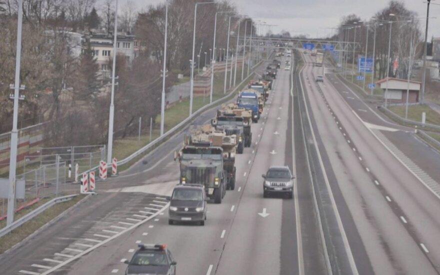 Nufilmavo įspūdingą karinę techniką Lietuvos keliuose