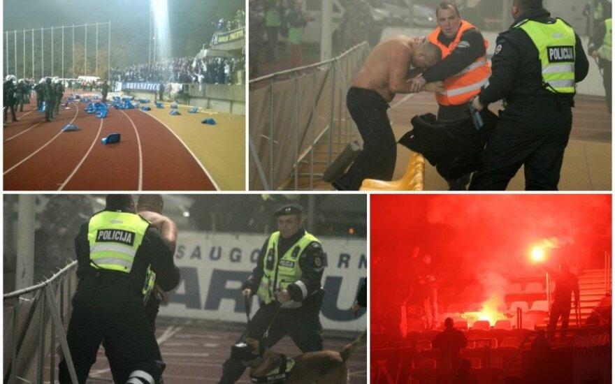 Bosnių fanai po pergalės veržėsi į aikštę ir mėtė kėdes