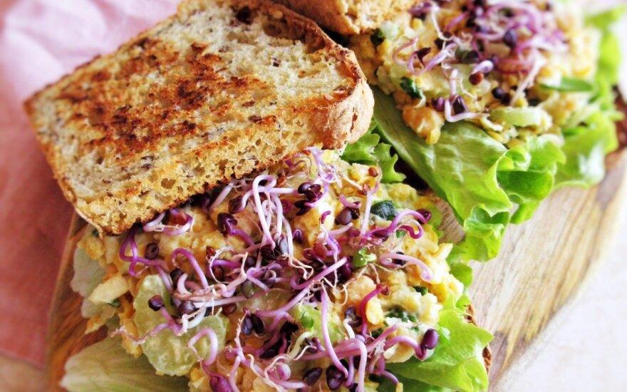 Maistingas veganiškas užkandis – tuno salotų suvožtinis... be tuno