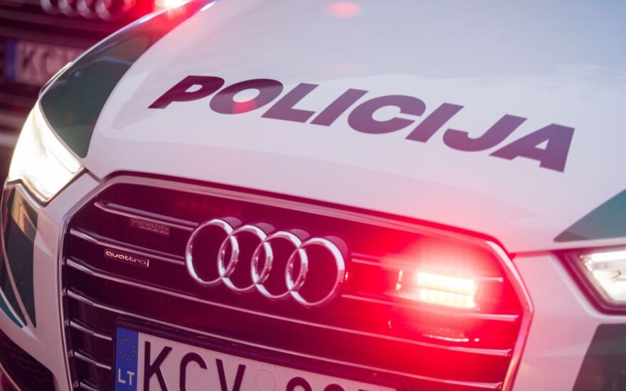 Palangos komisariato kieme neblaivus vyras apgadino ten stovėjusį tarnybinį automobilį