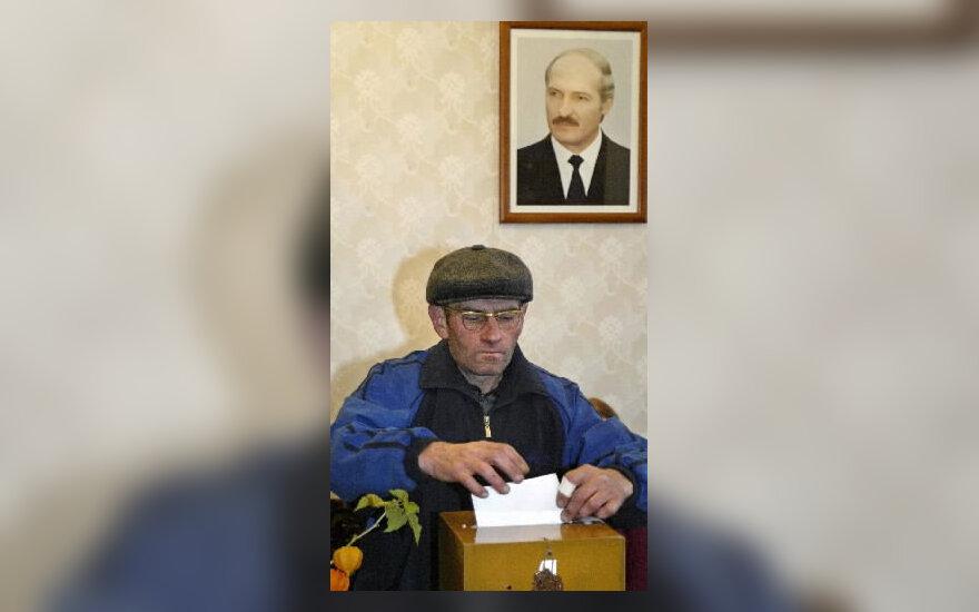 Baltarusis balsuoja bandomuosiuose rinkimuose