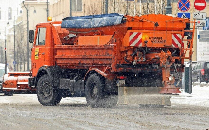 Kelininkų darbo ypatumai žiemą. Kiek kainuoja pabarstyti pagrindinius šalies kelius?