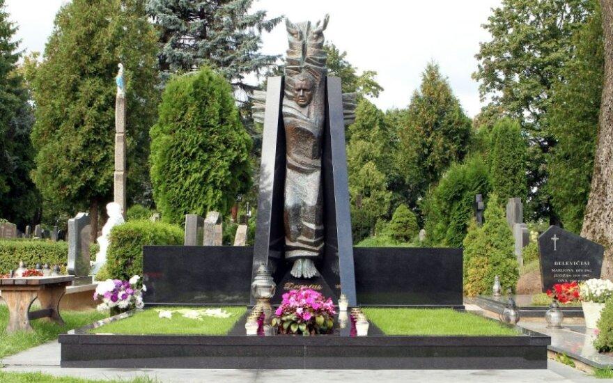 """Garliavoje D. Kedžio kapą chuliganai """"papuošė"""" violetine spalva"""