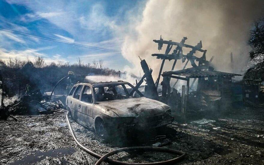 Gyventojai ir vėl padeginėja žolę – 50 gaisrų per parą, sudegė namai ir automobiliai
