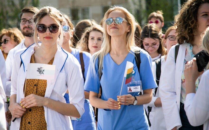 Net butais viliojamų specialistų laukia sunkus pasirinkimas: dramatiška jaunos gydytojos istorija