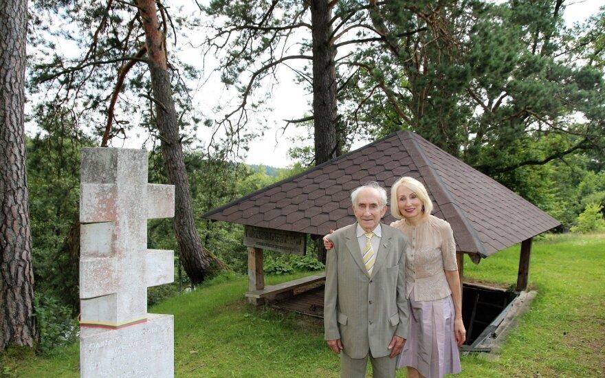 Angelė Jakavonytė su tėveliu J. Jakavoniu prie A. Ramanausko-Vanago vadavietės