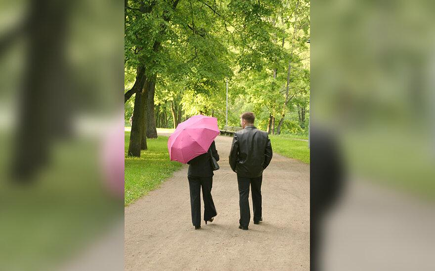 Pora parke, jis ir ji, dviese, moteris ir vyras