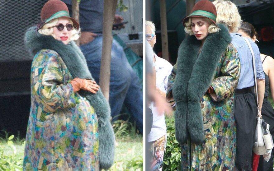 Lady Gaga filmavimo aikštelėje pasirodė su nėščiosios pilvu.