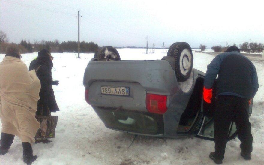 Netoli Panevėžio apsivertė į griovį įvažiavęs automobilis