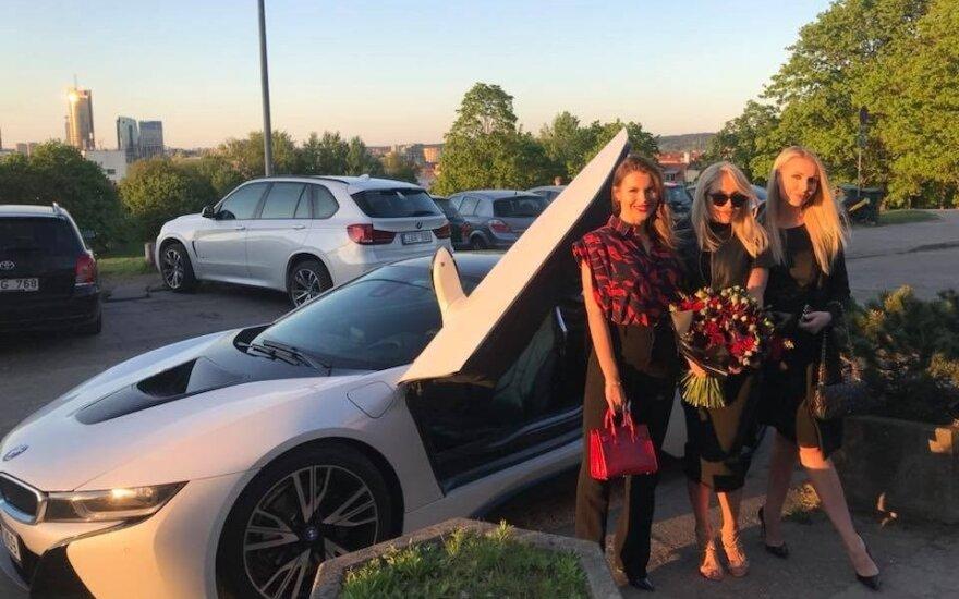 Oksana Pikul-Jasaitienė su draugėmis prie naujojo BMW i8
